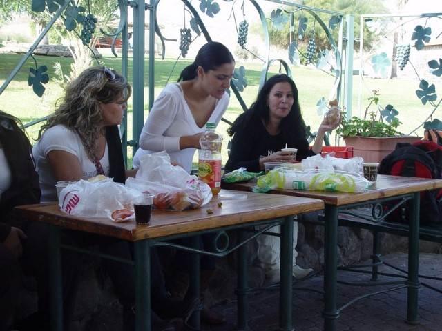 אשה בלבן קמה מהשולחן 2