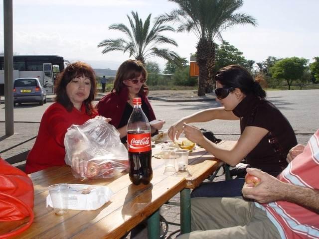 ישיבה בחוץ עם אוכל וקולה