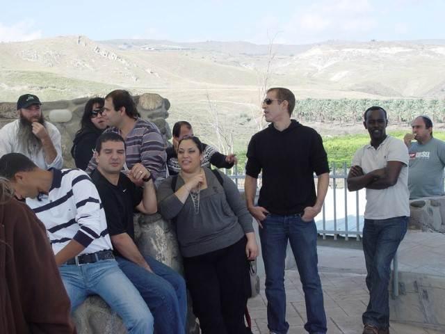 אדם בחולצה שחורה עומד 2