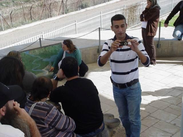 אדם בחולצת פסים מצלם