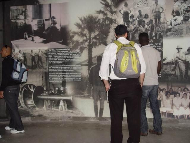 אנשים מתרשמים במוזיאון