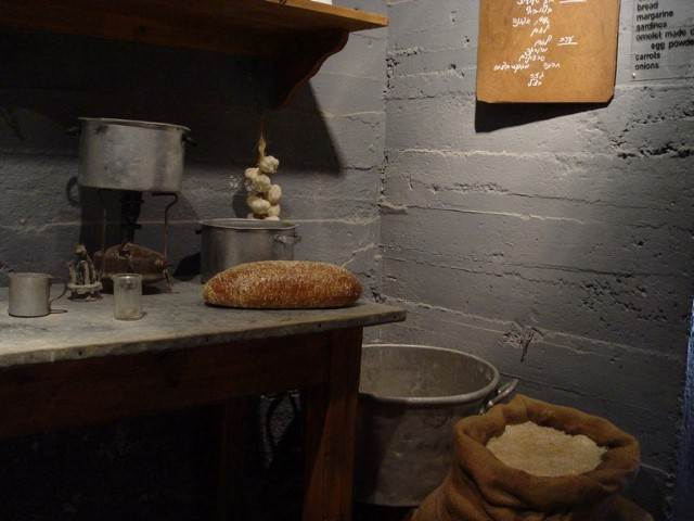 שולחן עם לחם