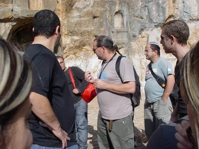 מדריך מעביר הסבר אודות הסלע 2