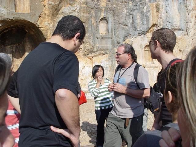 מדריך מעביר הסבר אודות הסלע