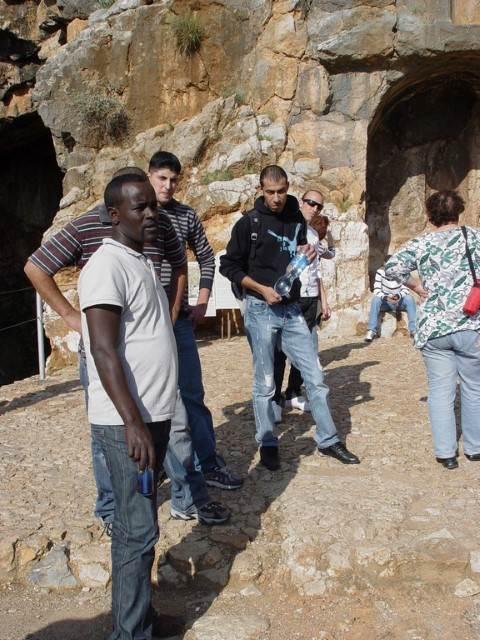 צילום קבוצה על רקע סלעי
