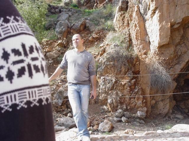 אדם על רקע סלע