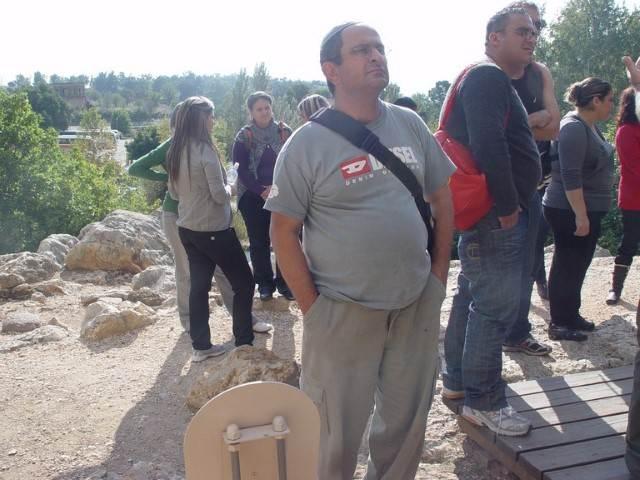 אדם עם חולצה אפורה בזמן טיול