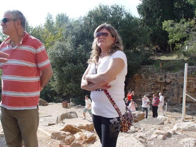 אשה עם חולצה לבנה על רקע עץ