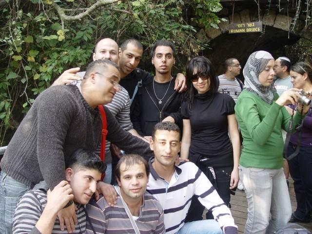 צילום קבוצתי על רקע ירוק