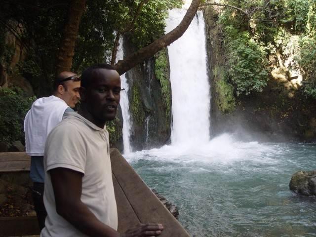 תייר על רקע מפל מים טבעי 2