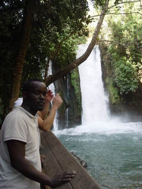 תייר על רקע מפל מים טבעי