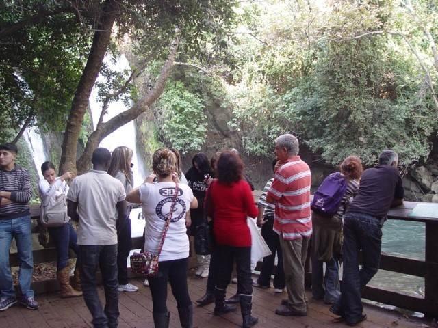 קבוצה מביטה במפלים 2