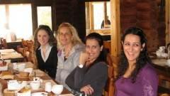 קבוצה אוכלת צהריים