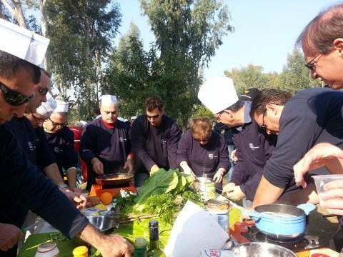 קבוצת בישול עם חלוקים שחורים