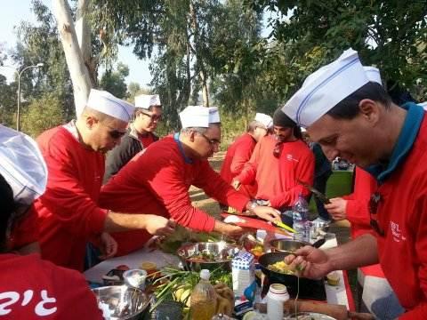 קבוצה אדומה מכינה אוכל