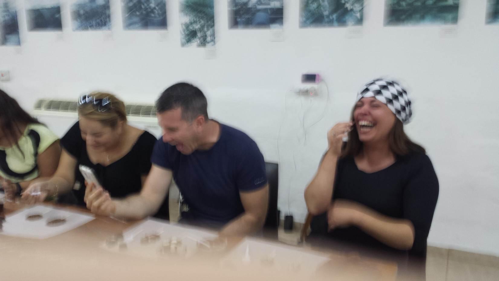 החברים צוחקים בשולחן