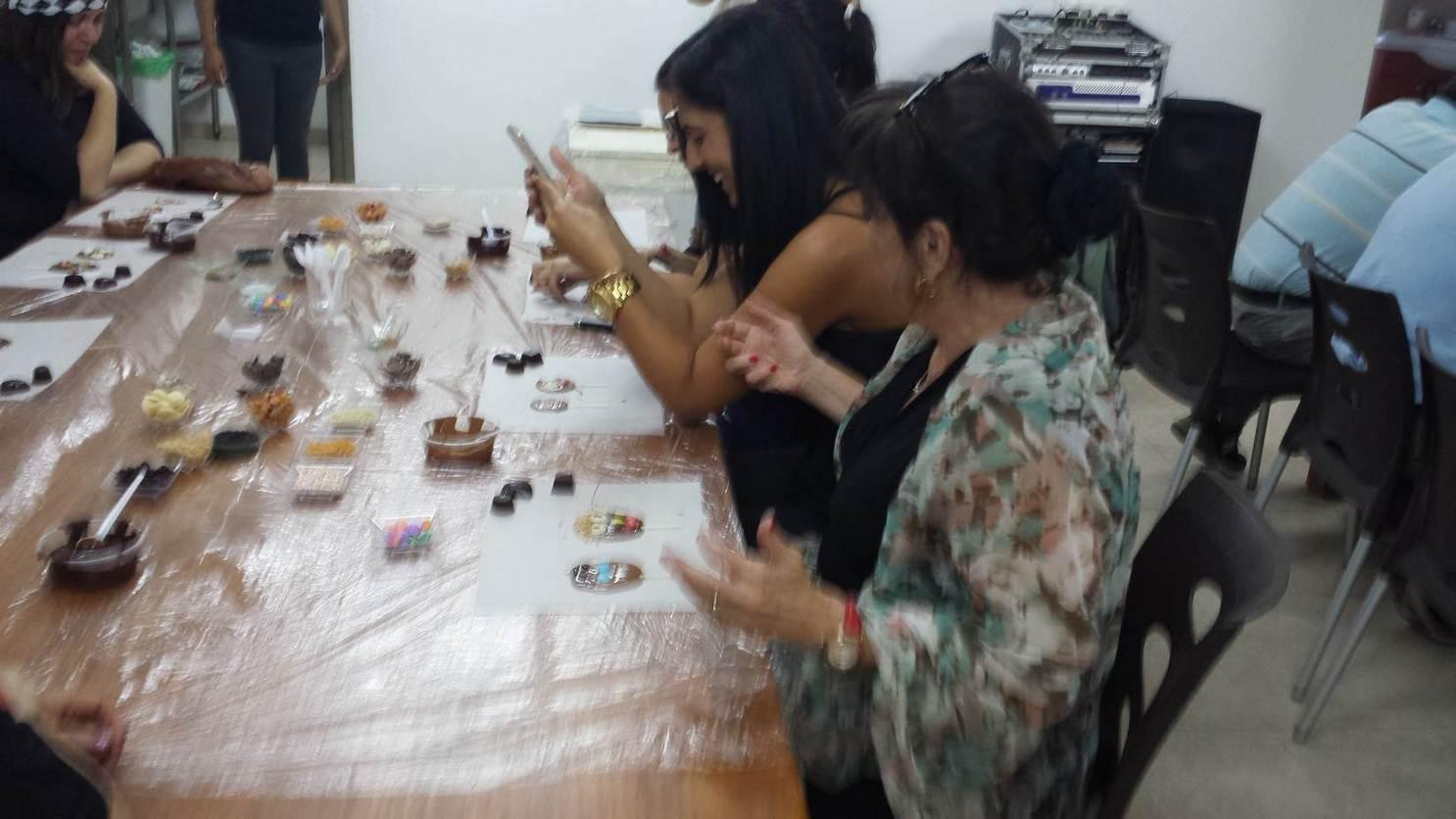 2 נשים יוצרות שוקולד