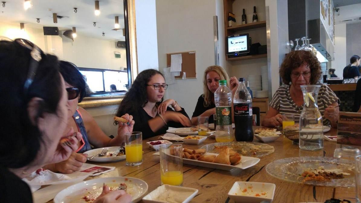 ארוחת צהריים במסעדה