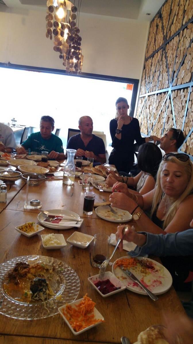 אורחת צהריים במסעדה עם מגוון סלטים