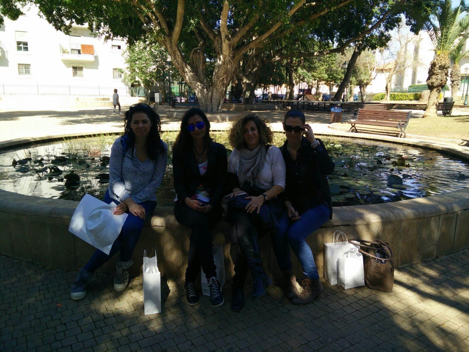 קבוצת נשים יושבת בצל