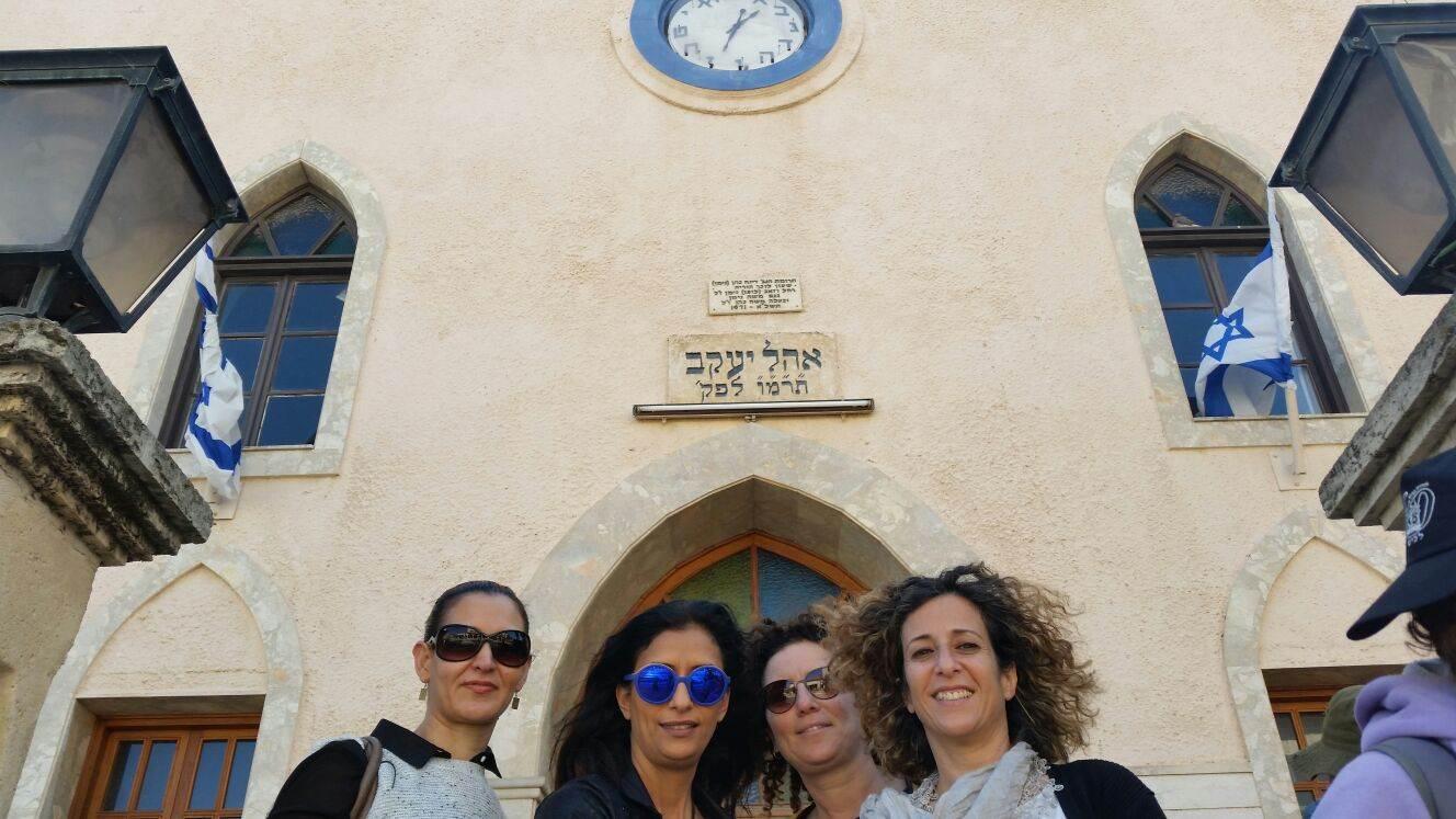 צילום קבוצתי על רקע